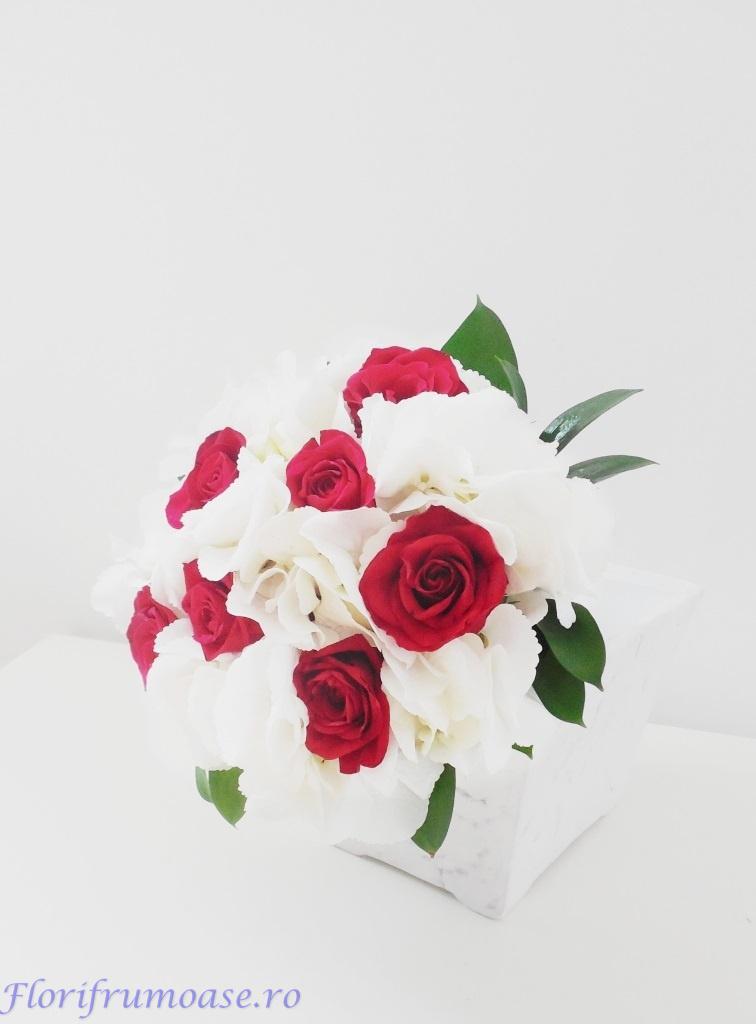 Buchet De Mireasa Nasa Din Hortensii Albe Si Trandafiri Rosii